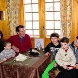 13. Februar 2014  In der Hütte wärmt sich die Familie bei heißer Schokolade wieder auf.