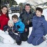 Prinz Joachim und Prinzessin Marie von Dänemark erholen sich mit ihren Kindern Prinz Henrik, Prinz Felix und Prinz Nikolai im Sk