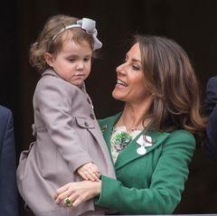 Prinzessin Athena schaut etwas schüchtern auf die Menschenmenge, die vor dem Schloss jubelt.