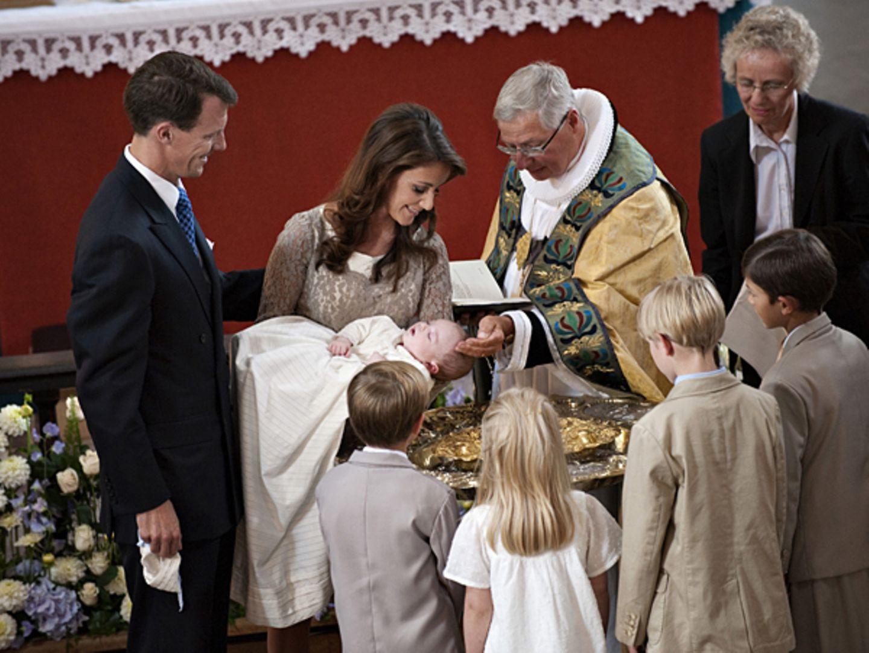 26. Juli 2009: Von Bischof Svendsen wird der kleine Prinz in der Mogeltönder Kirche auf den Namen Henrik Carl Joachim Alain geta
