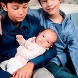 21. März 2012: Liebevoll kümmern sich Prinz Nikolai und Prinz Felix um ihre kleine Schwester.
