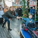 15. Dezember 2013  Beim Ausflug auf den Weihnachtsmarkt in Tönder hat vor allem Prinz Henrik Spaß. Mama Prinzessin Marie freut's.