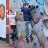 Glückliche Königskinder: Prinz Henrik und Prinzessin Athena gehören zu den ersten Kindern, die in der neu eröffneten Ninjago-Welt im Legoland im dänischen Billund herumklettern dürfen.
