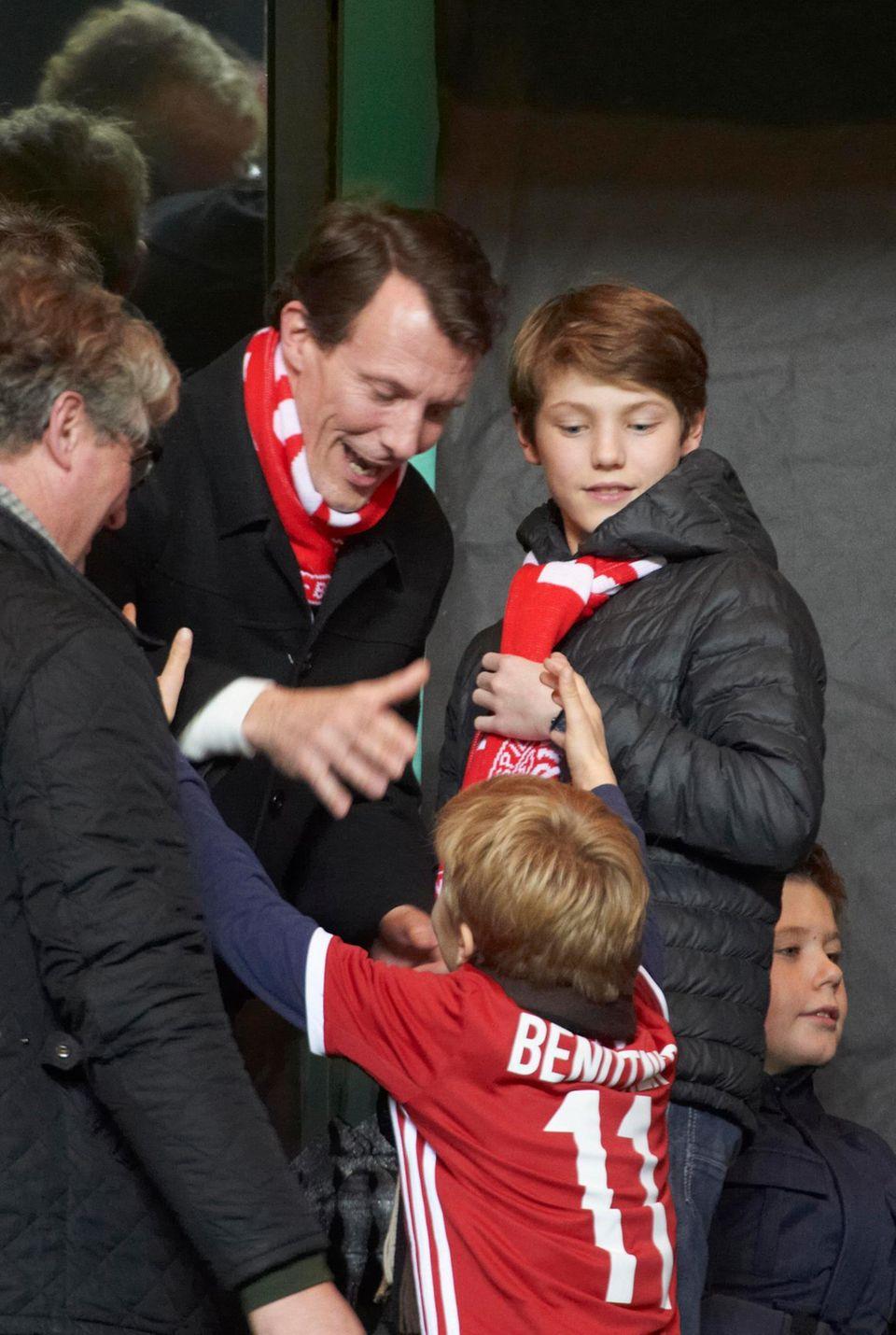 17. November 2015  Prinz Joachim und Prinz Felix schauen sich das Fußballländerspiel Dänemark gegen Schweden in Kopenhagen an.