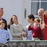 16. April 2014  Königin Margrethe feiert ihren 74. Geburstag und hat ihre Söhne und Enkelkinder um sich versammelt. Auf die Terrasse von Schloss Marselisborg kommen auch Prinz Joachim und Ehefrau Marie mit ihren drei Jungs (v.l.) Prinz Henrik, Prinz Felix und Prinz Nicolai. Nur Töchterchen Athena fehlt. Dafür winkt Prinzessin Isabella, die Tochter von Prinz Frederik und Ehefrau Mary umso doller.