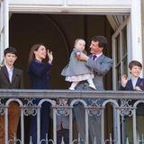 16. April 2013  Anlässlich des 73. Geburtstages von Königin Margrethe zeigen sich Prinzessin Marie und Prinz Joachim mit ihren Kindern Prinz Nikolai, Prinz Henrik, Prinzessin Athena und Prinz Felix auf dem Balkon von Schloss Amalienborg in Kopenhagen.