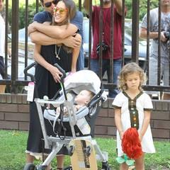 4. August 2012: Liebevoller Familienausflug: Jessica Alba und Cash Warren sind mit ihren Töchtern Honor und Haven in einem Park