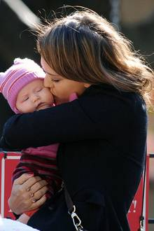 25. Oktober 2011: Kuscheleinheiten kommen bei Jessica Alba und Töchterchen Haven nicht zu kurz.