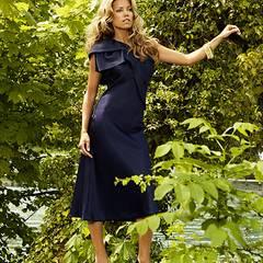 Vor dem Berner Bundeshaus trägt Sylvie trägt ein asymmetrisch geschnittenes Kleid von Dior, ca. 1.950 Euro; Pumps von Emporio Ar