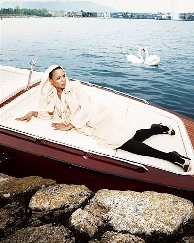 Nadège Gallas fühlt sich am Genfersee sichtlich wohl. Sie trägt ein puderfarbenes Seidenkleid mit Kapuze und Schal, von Emanuel