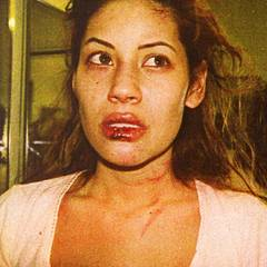 Brittany Ashland  Nach seiner Ehe findet Charlie Sheen innerhalb kürzester Zeit zu seinem Bad-Boy-Image zurück. Er kommt 1996 mit dem Pornostar Brittany Ashland zusammen, die ihn im selben Jahr noch der häuslichen Gewalt beschuldigt. Während eines Streits soll er sie so brutal geschlagen haben, dass sie mit sieben Stichen an der Lippen genäht werden muss und kurzzeitig sogar bewusstlos ist..