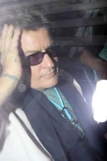2015  Kopfzerbrechen bei Charlie Sheen: Einen Tag nach seinem HIV-Geständnis sieht der Schauspieler deutlich mitgenommen aus. Unter sein wildes Partyleben möchte er nun einen Schlussstrich ziehen und verspricht in einem offenem Brief, dass er sich nun bessert.