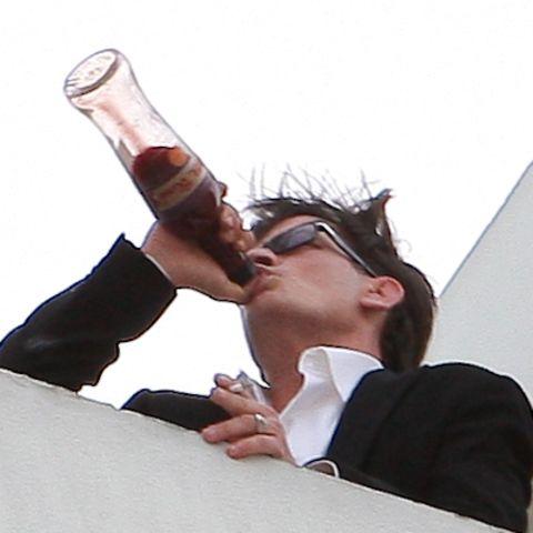 2011  Charlie Sheens Feierlaune kennt keine Grenzen. Zusammen mit seiner Freundin Natalie Kenly gibt er sich dem Alkohol hin und sorgt für große Eskapaden, die ihm noch zum Verhängnis werden sollen.