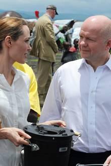 März 2013: Als Botschafterin des Menschrechts unterwegs.   Angelina Jolie besucht gemeinsam mit dem britischen Außenminister William Hague ein Flüchtlingscamp im Kongo.
