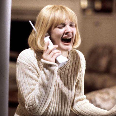 """Aus der verzweifelten Drew Barrymore bricht es im Schreikultfilm """"Scream"""" am Telefon heraus."""