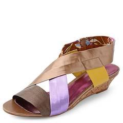 Die Mumie kehrt zurück! Und zwar in einer fröhlichen Sandalette im neuen Bandagen-Look. Besonders angesagt: der Materialmix. Mit