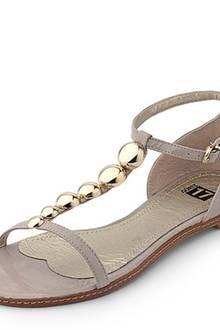 T-Steg-Sandalette in beigegrauer Leder-Optik. Die Kugel-Applikation sind derzeit sehr beliebt. Obermaterial und Sohle der Ethno-