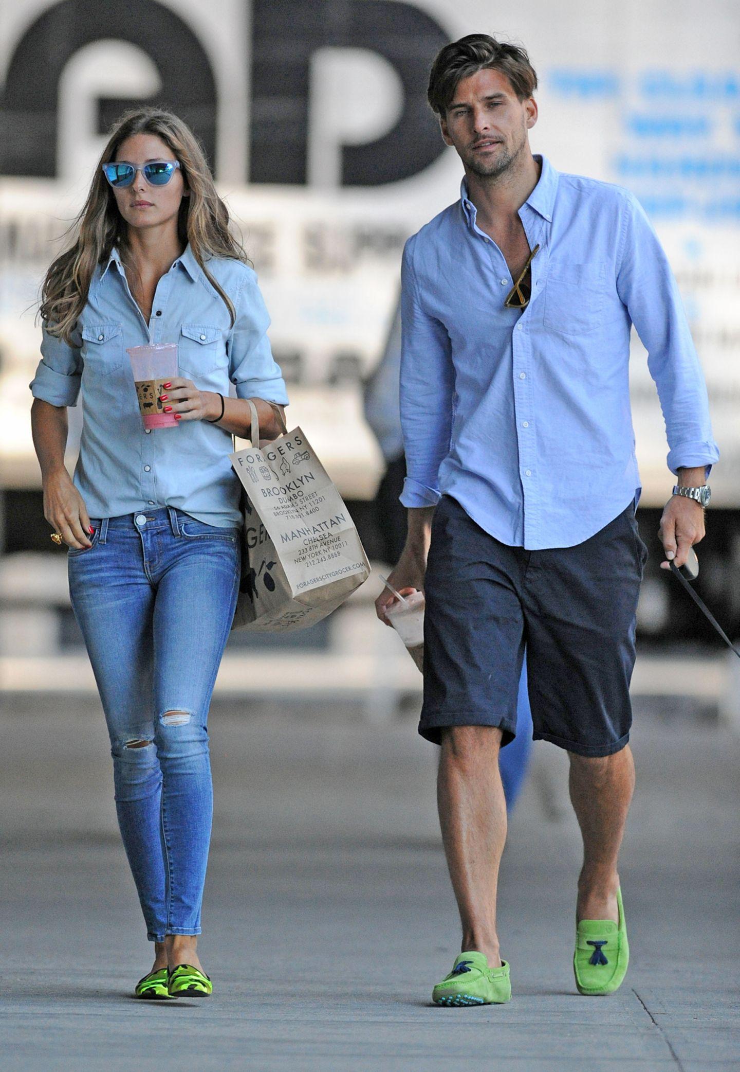 Ihre ganz in Blau gehaltenen Outfits kombinieren Olivia Palermo und Johnnes Huebl beide mit knallgrünen Schuhen.