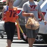 """Britney Spears datet einen """"Normalo"""". David Luca heißt der Auserwählte. Auch ihr Outfit passt nicht so recht in die Popstar-Schiene. Zusammen sind sie im lässigen Sport-Outfit unterwegs."""