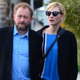 Cate Blanchett und ihr Mann Andrew Upton teilen wohl die Liebe für die gleiche Farbkombination: Schwarz-blau gekleidet schlendern sie durch Venice, Cate dabei im azurblauen Cashmere-Seiden-Sweater mit schwarz-weißen Streifen von Iris von Arnim.