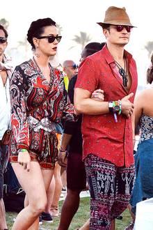Rot wie die Liebe! Katy Perrys Paisley-Jumpsuit und Orlando Blooms Ethno-Shorts mit rotem Shirt wirken für den Besuch beim Coachella-Festival zumindest farblich doch ziemlich abgesprochen. Ein Hoch auf den Partnerlook.