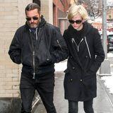Ganz in schwarz und mit Sonnenbrille und Chucks bekleidet, sind Joaquin Phoenix und Freundin Allie Teilz auf dem Weg zu Philip Seymour Hoffmans Witwe um ihr Trost zu spenden.