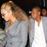 Beyoncé und ihr Ehemann Jay Z standen wohl gemeinsam vorm Spiegel und haben sich für einen grauen Business-Look entschieden.