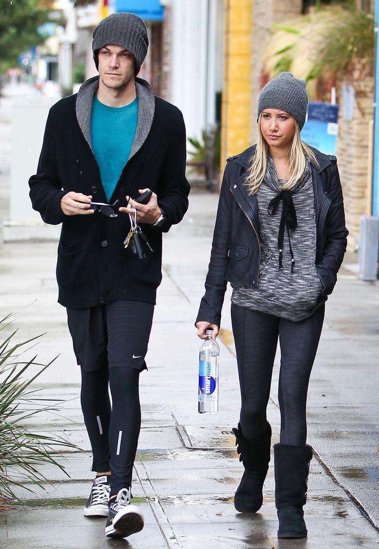 Ashley Tisdale und ihr Verlobter Christopher French gehen nicht nur gern gemeinsam zum Pilates, die beiden scheinen auch eine Vorliebe für die gleichen dunklen Farben und graue Wollmützen zu haben.