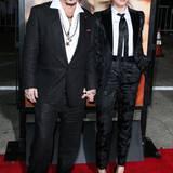 Während Johnny Depp seinen Anzug eher auf die schludrig-rockige Art trägt, beweist seine schöne Frau Amber Heard mit einem gemusterten Damen-Smoking von Dolce & Gabbana exzellentes Stilgespür.