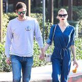 Jaime King und ihr Mann Kyle Newman ziehen händchenhaltend und im dezent abgestimmten, sportlichen Jeans-Look durch Beverly Hills.