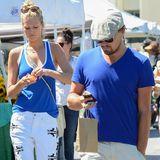 Ihren Partnerlook aus royalblauem Oberteil und heller Hose runden Leonardo DiCaprio und Freundin Toni Garrn mit Sonnenbrillen und weißen Zehentrennern ab.