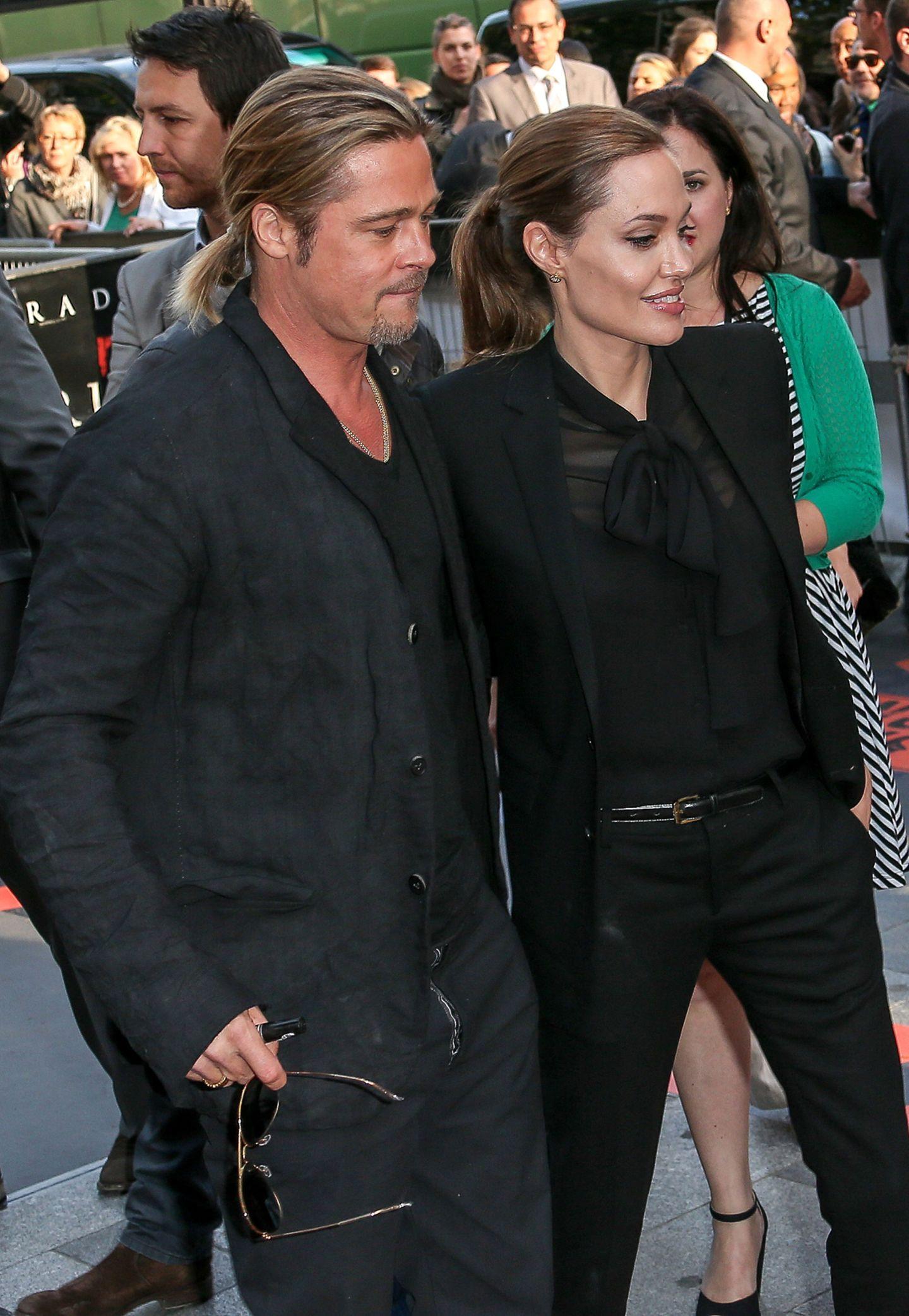 Nicht nur schwarze Anzüge scheinen Brad Pitt und Angelina Jolie zu gefallen, auch das Haarstyling der beiden sieht ziemlich abgestimmt aus.