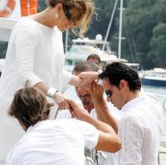 06. Juli 2008: Drei hilfbereite Gentlemen helfen Jennifer aus dem Boot. Einer ist natürlich ihr Mann