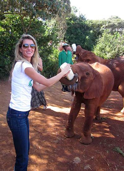 In Afrika füttert Gisele Bundchen diesen Baby-Elefanten.