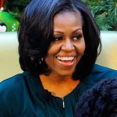 Stars + Frisuren: Mittellang und mit Seitenscheitel trug First Lady Michelle Obama ihre Haare während der ersten Amtszeit ihren Mannes.