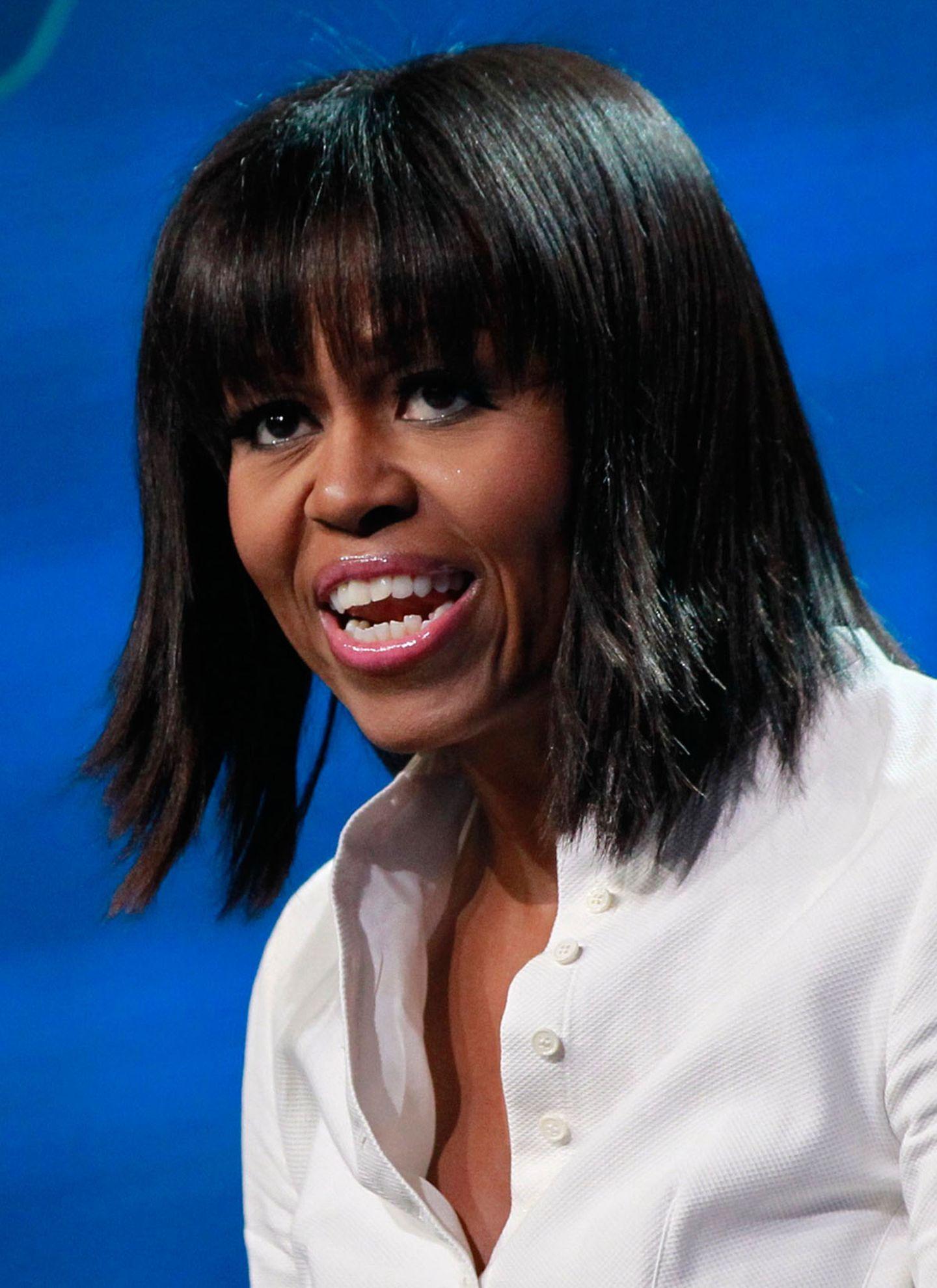 Stars + Frisuren: Rechtzeitig zur zweiten Amtszeit von Barack Obama hat sie sich mit Pony und geglätteten Spitzen einer frisurlichen Verjüngungskur unterzogen.