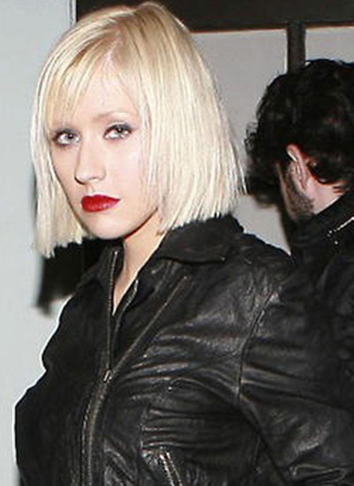 Doch ratz fatz ließ die Sängerin im November etliche Zentimeter Haarpracht - ansonsten bleibt sie ihrem Look aber treu.