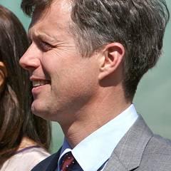 Inzwischen trägt der dänische Thronfolger das Haar insgesamt länger, und durch die kleine Tolle in der Stirn erinnert er ein wenig an John F. Kennedy.