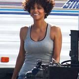 """Bei Dreharbeiten zu ihrem neuen Film """"The Hive"""" ist Halle Berry jetzt mit akkurat geschnittenem Lockenbob zu sehen."""