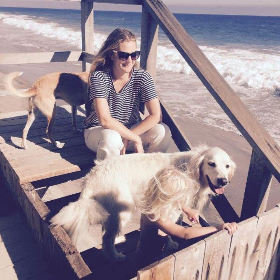 Ein wunderschöner Tag am Strand für Schauspielerin Drew Barrymore. Die Hunde dürfen da natürlich nicht fehlen.