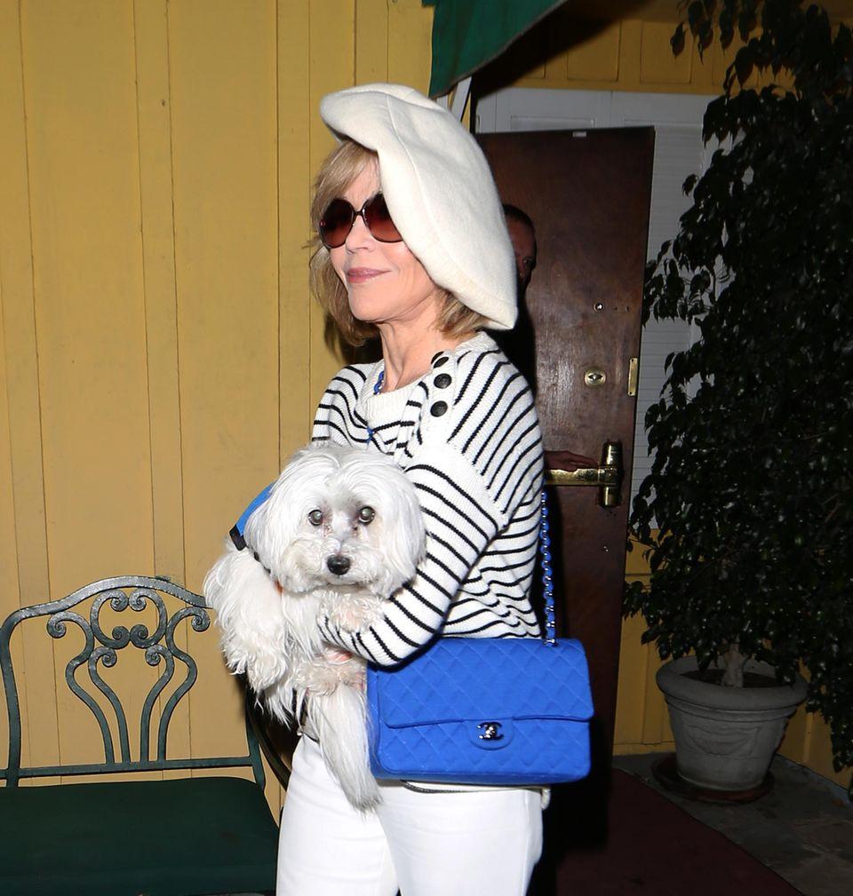 Jane Fonda kommt mit ihrem süßen Hund gerade aus einem Restaurant in West Hollywood raus. Beide sind perfekt aufeinander abgestimmt.