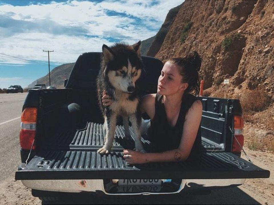 Ireland Basinger Baldwin macht Pause und genießt den Moment mit ihrem Hund.