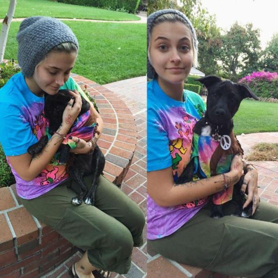 """Hippiemädchen mit Hund: """"Ich und mein kleiner Hippie."""" schreibt Paris Jackson zu diesem Bild auf Instagram."""
