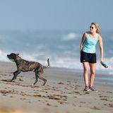 Lindsey Vonn tauscht den Schnee gegen den Strand: Im sonnigen Florida geht sie mit ihrem Hund Leo Gassi. Vonn muss ihre Teilnahme an den Olympischen Winterspielen aufgrund einer Knieverletzung absagen. In dieser schweren Zeit unterstützen sie nicht nur Familie und Lebensgefährte Tiger Woods, sondern auch Hund Leo, den die Skifahrerin aus dem Tierheim holte und der ebenfalls eine Knieverletzung hat. Geteiltes Leid ist halbes Leid!