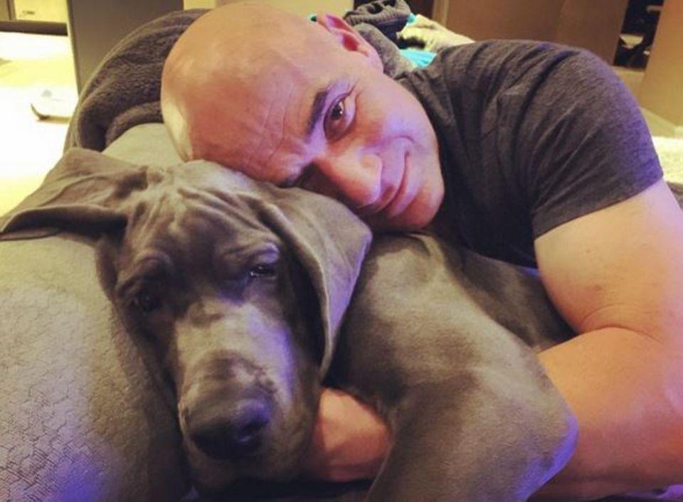 Andre Agassi macht es sich mit seinem Hund auf dem Sofa gemütlich.