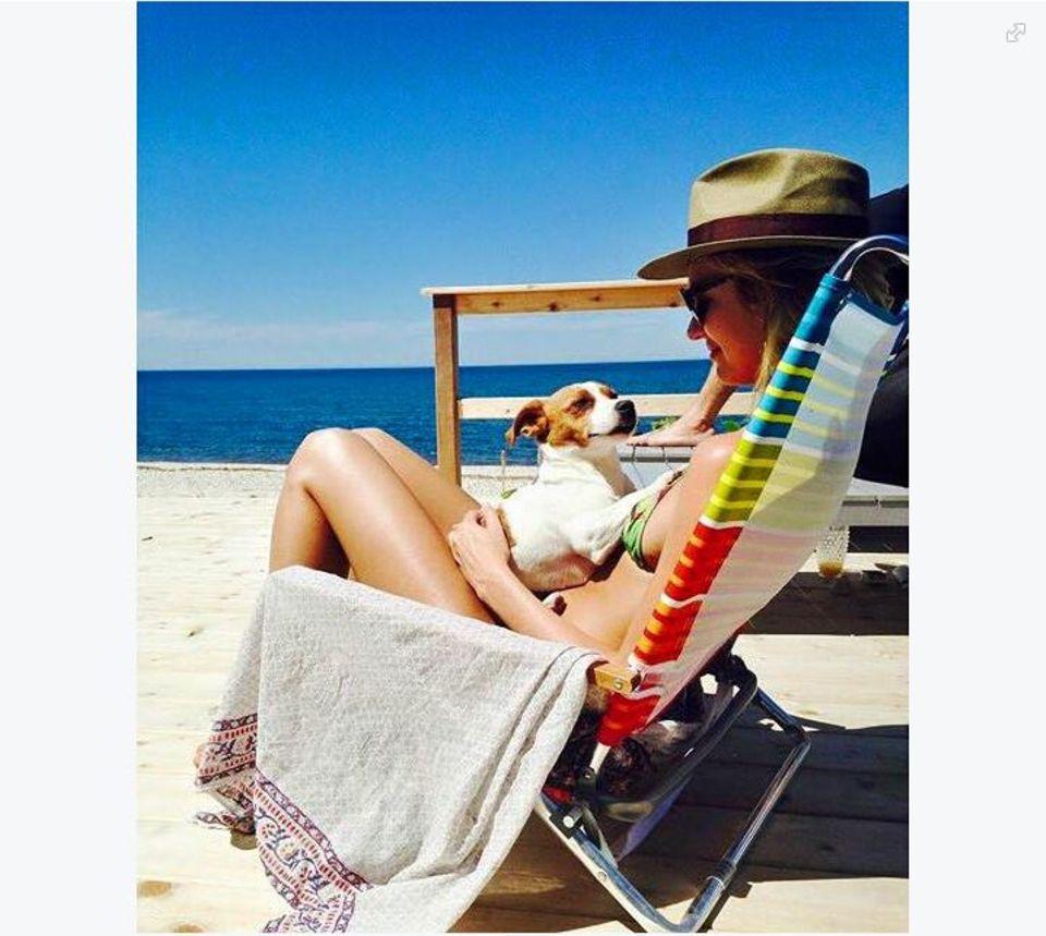 Candice Swanepoel genießt die Zeit mit ihrem kleinen Jack Russell Terrier am Strand, der bei ihr selbstverständlich den Logenplatz bekommt.