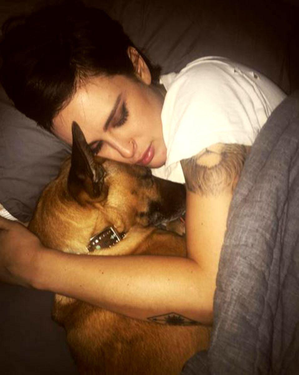 Ein Herz und eine Seele: Rumer Willis hält mit ihrem Schäferhund ein Nickerchen.