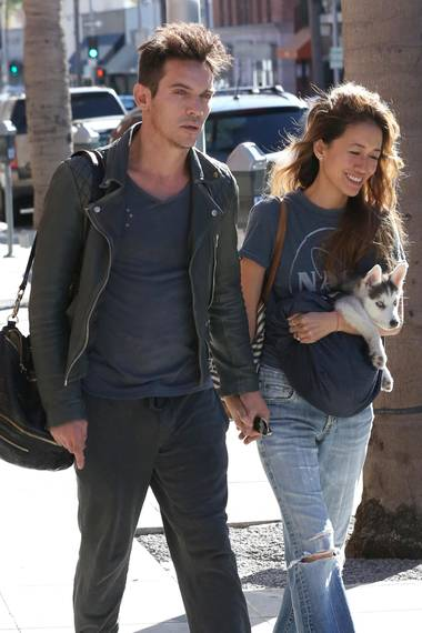 Jonathan Rhys Meyers und seine Freundin Victoria schlendern händchenhaltend durch Beverly Hills. Sie trägt einen ganz bezaubernden Huskywelpen im Arm.