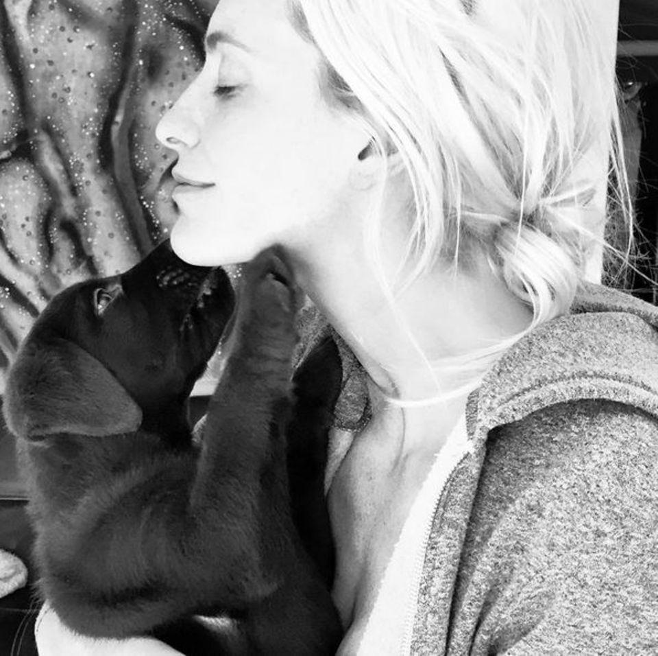 Wie kuschelig! Poppy Delevingne kuschelt mit ihrem neuen vierbeinigen Freund Max.