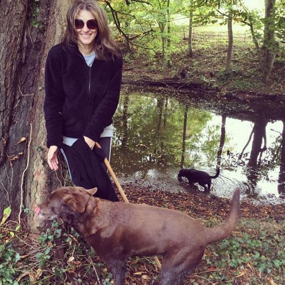 Auch ein Star wie Liz Hurley steht dort und wartet bis ihr Hund das Geschäft verrichtet hat. Liz hat Zeit, denn sie verbringt einen faulen Sonntag auf dem Land.